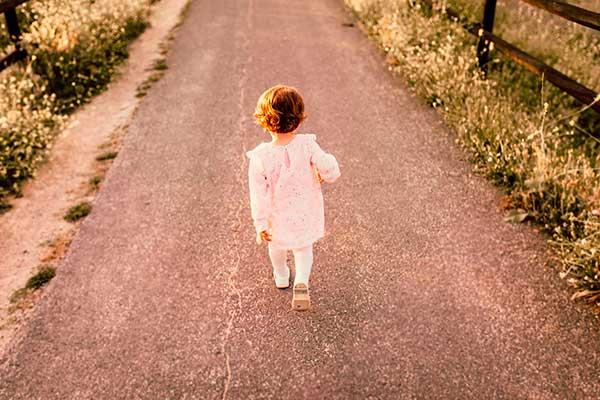niña siguiendo el camino de la vida