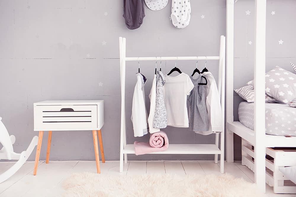 armarios y percheros infantiles para mantener el orden de la habitación