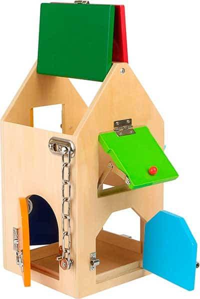 Casita de madera con diferentes puertas y diferentes maneras de abrir y cerrar