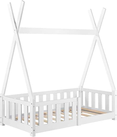 Estructura de cama en forma de tipi de color blanco con una baranda par evitar que el niño o niña se caiga