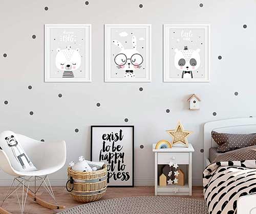 Tres cuadros de animalitos en tonos grises y blanco