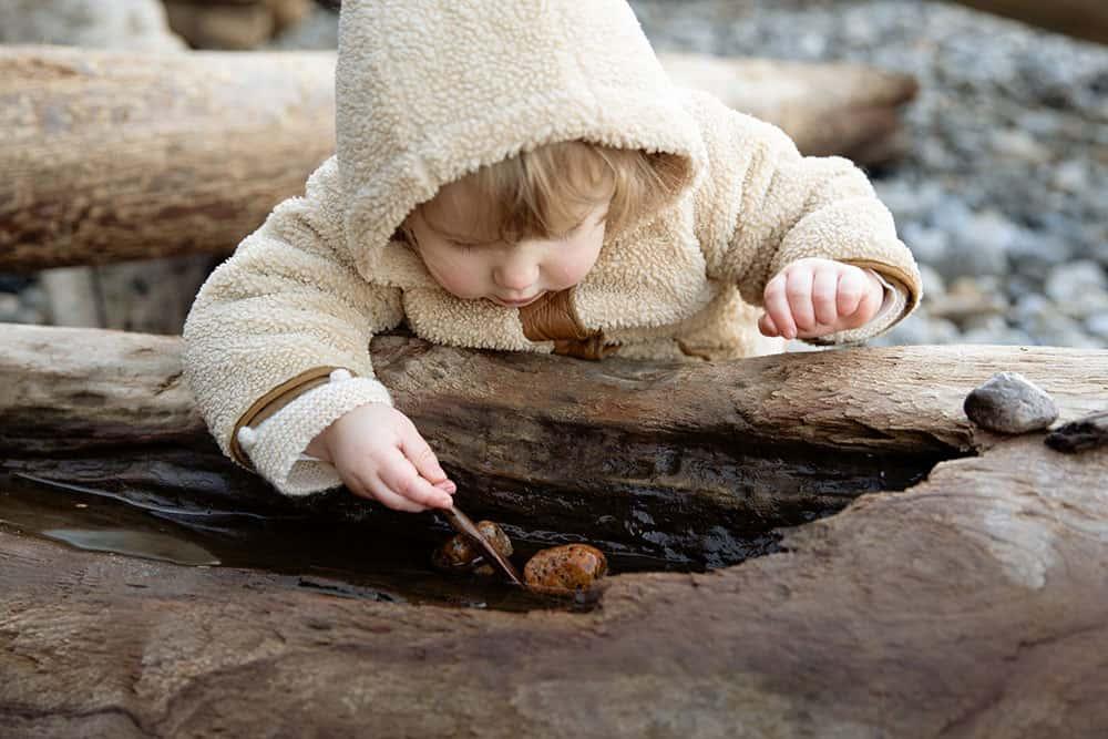 niña jugando y aprendiendo