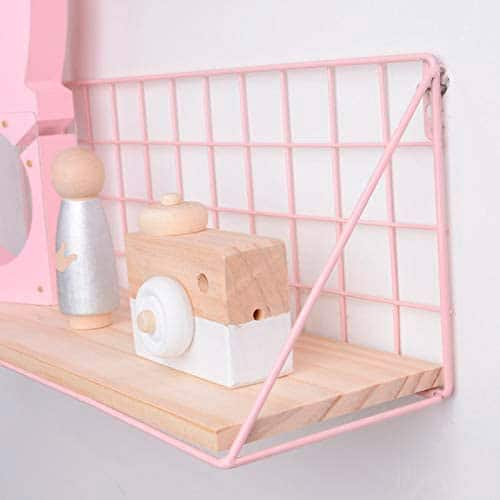 Estante rejado metálico de color rosa con base de madera