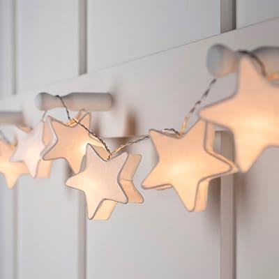 Decorado de luces en forma de estrellas blancas