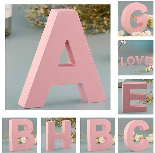 Letras grandes de madera de color rosa