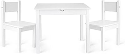 mesas y sillas blancas con líneas clásicas
