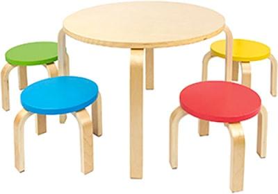 mesas y sillas redondas de colores