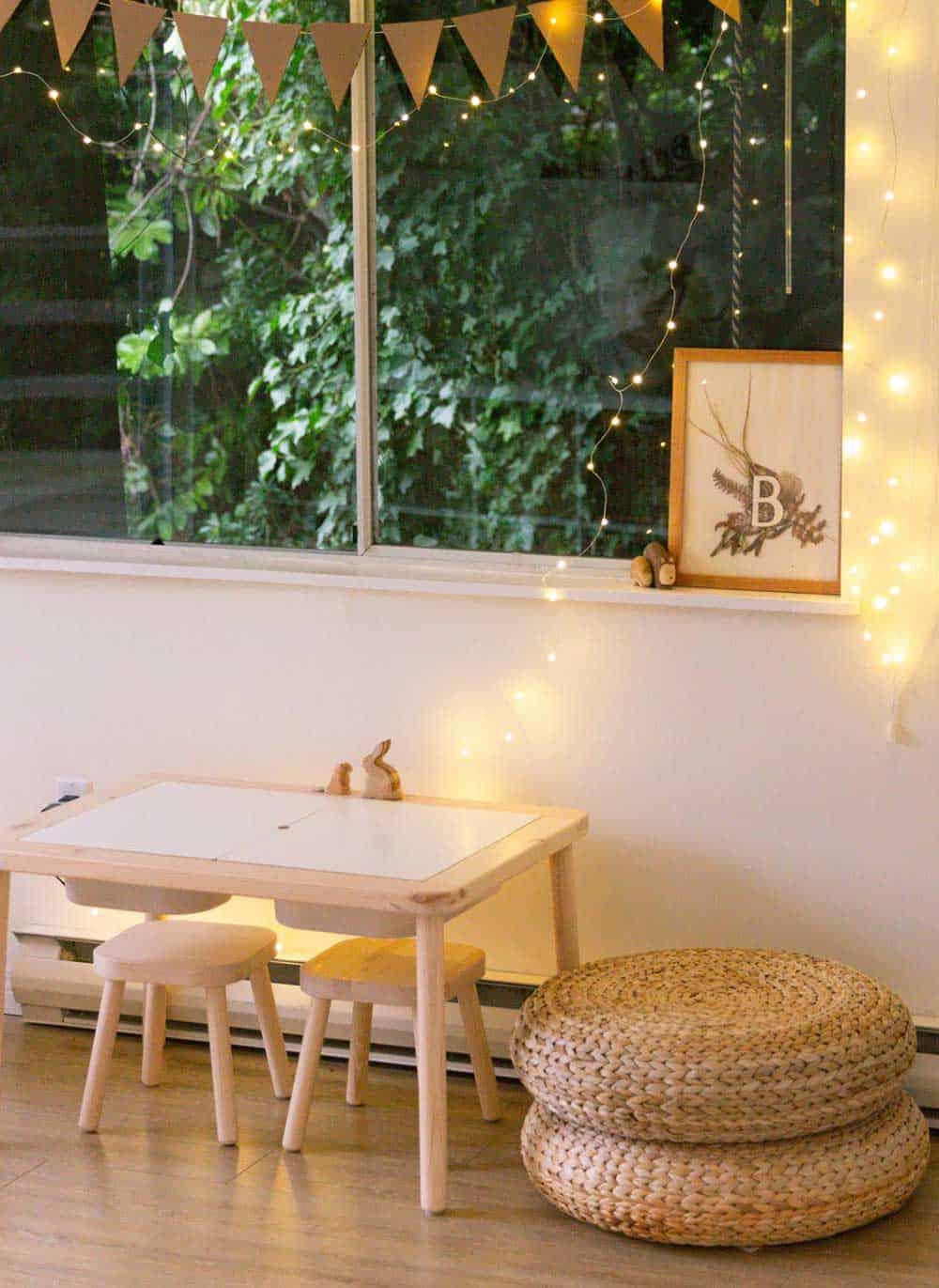 mesa y sillas en una habitación infantil