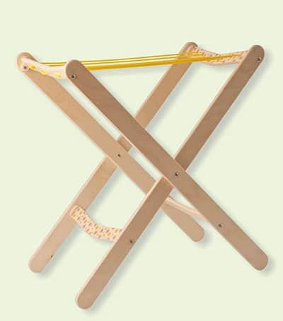 Estructura para tender la ropa de juguete fabricada en madera