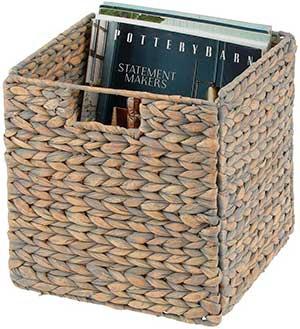 caja con forma de cubo trenzada de mimbre