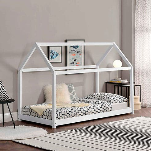 Cama blanca con forma de casita montessori