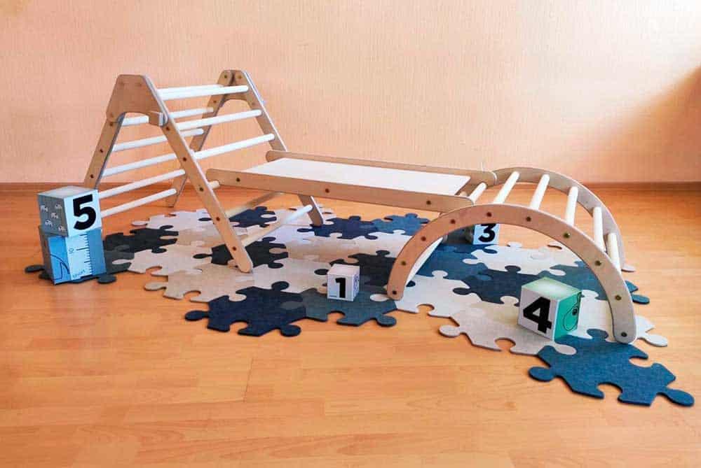 Estructura Pikler en habitación infantil