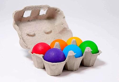 bolas de madera de coloresen huevera